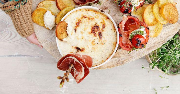 Varm mascarpone- og parmesandipp med crostini og spekemat