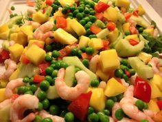 Kan bruges som tilbehør eller som selvstendig ret med et godt brød til. Blandet grøn salat Agurk skrællet, kernerne fjernet og skåret i skiver Ærter Mango skrællet og skåret i tern Rejer Rød peber i små tern Fordel salaten på et fad. Bland de resterende ingredienser sammen og fordel over salaten.