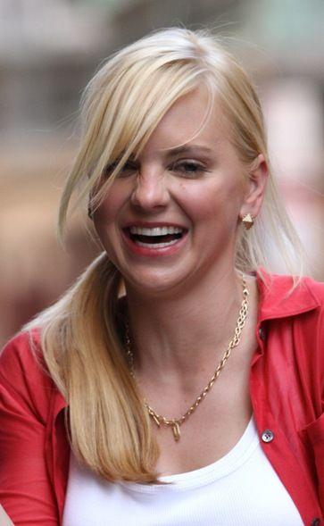 Anna Faris platinum blonde hairstyle