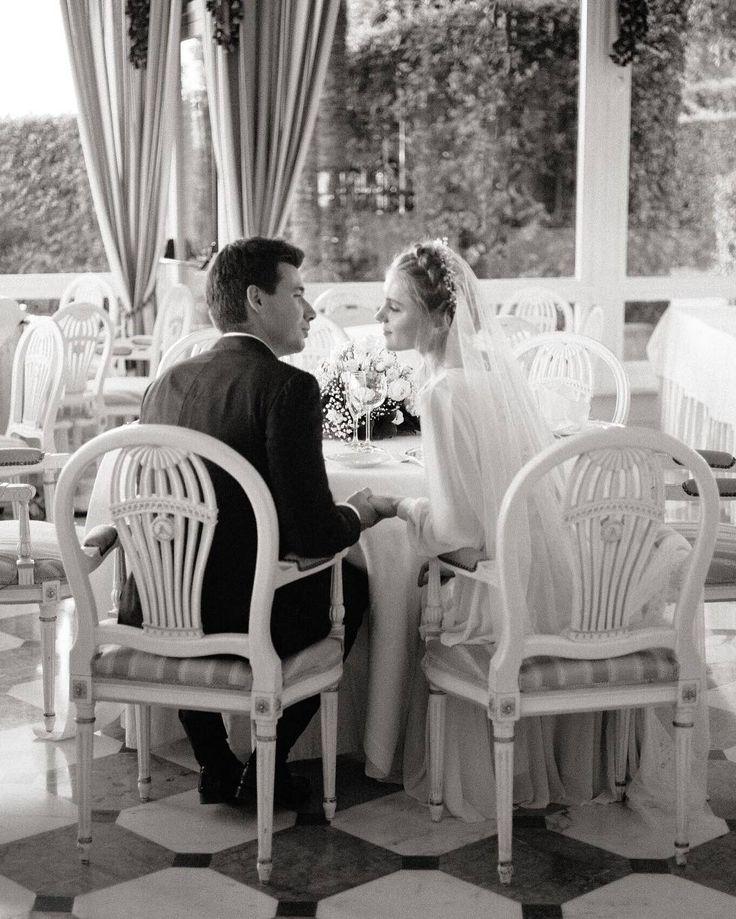 Черно-белая свадьба На пике популярности в мире свадебной моды находятся тематические торжества которые выдержаны в том или ином цвете. Здесь учитывается все: само значение выбранной цветовой гаммы наряды жениха и невесты в этих красках остальная атрибутика (пригласительные бутоньерка новобрачного свадебный букет декор банкетного зала флористика торт и т.д.). Яркий пример тому  благородная черно белая свадьба требующая тщательного подхода к ее оформлению. Интересно посмотреть что получится в…