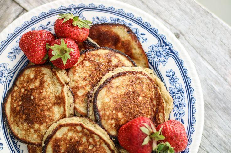 perfekt-bananpannkaka-frukost-recept från Anja Forsnor: smet på två ägg, två bananer, 1/2 dl havregryn, lite fiberhusk, lite bakpulver och en gnutta flingsalt. Mixa allt i min mixer och steker i kokosolja på mellanhög värme.
