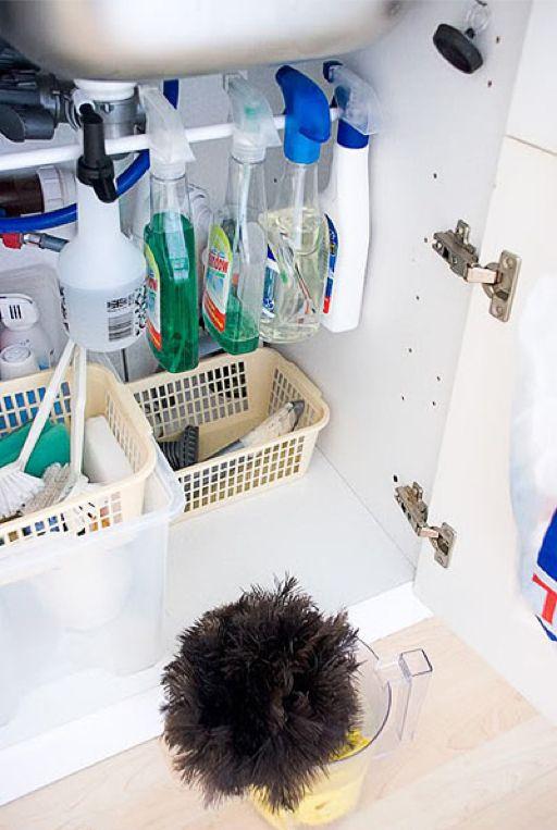 Hang een rail onder je gootsteen: zeer gemakkelijk om je schoonmaakproducten aan te hangen