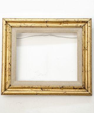 Marco Dorado a la Hoja Artesanal con Entelado Medida Exterior: 43,5x37,5 cm. Medidas Interior: 31x25 cm. Varilla: Italiana de 4,5 dorado a la hoja artesanal (oro viejo) y sumplemento entelado de 3,5 cm.