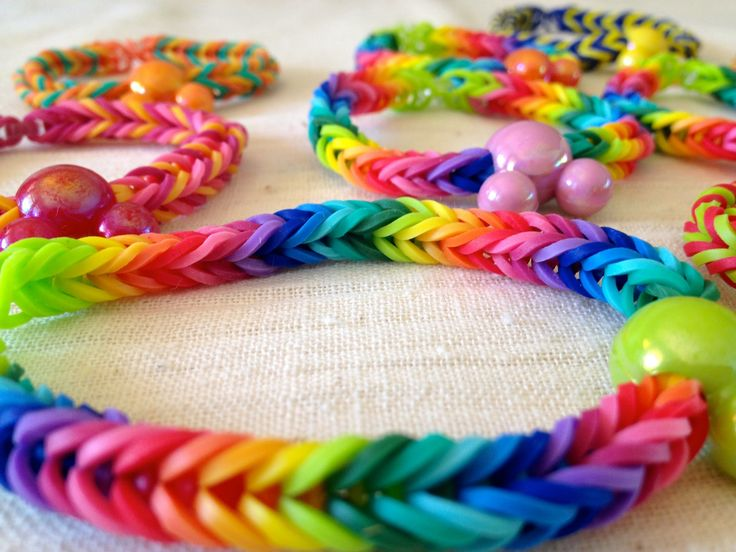 How to make a Rainbow Loom Fishtail bracelet without the loom - step by step.