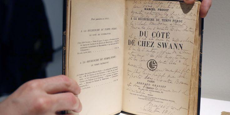 Photographies, lettres à ses amis et amants, manuscrits parfois inédits, autant de témoignages sur les amours et le travail de Marcel Proust ont été vendus mardi pour un total de 1,24 million d'euros lors d'enchères organisées par Sotheby's à Paris.