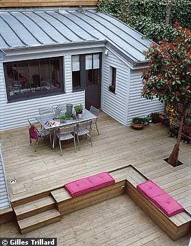Sur la Côte d'Opale, la terrasse est le centre de trois petites maisons. Toute faite de bois, plus facile à poser sur un sol non stabilisé, cette terrasse fait l'unité des maisons. Une configuration simple mais intelligente.