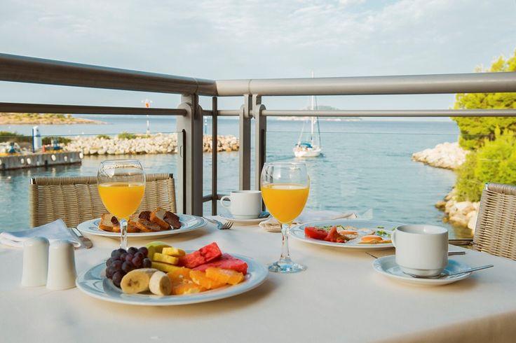 •Easter at @portocarras • Good morning! Enjoy your breakfast at Athos #restaurant!  #PortoCarras #Halkidiki #Sithonia #portocarrasexperience #breakfast #bythesea #visithalkidiki #MondayMood #mondaymorning #fruits #juice #coffeetime