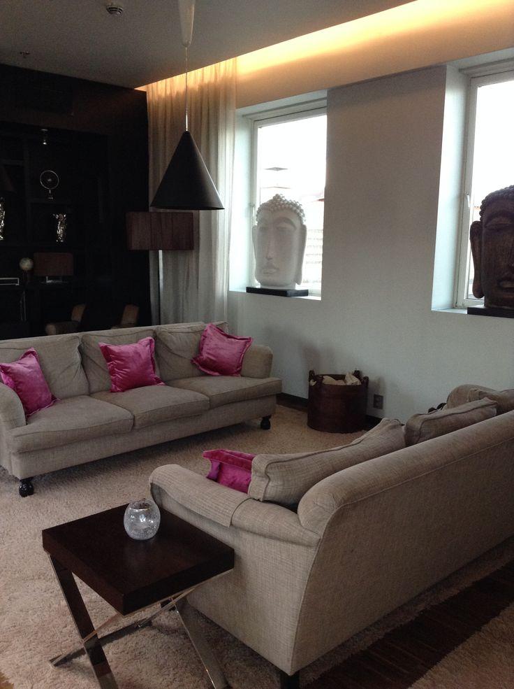 Clarion Collection Hotel Folketeateret, Oslo - i grandi divani in tessuto beige con cuscini rosa a contrasto.