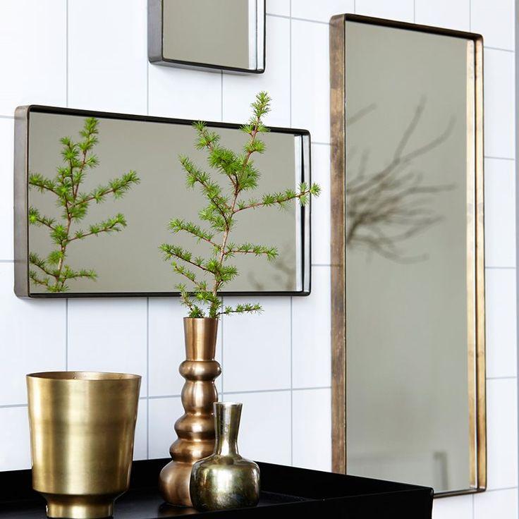 Een spiegel die zelf ook gezien mag worden! Dat is de Reflection spiegel van House Doctor. De mooie, strakke rand geeft een antieke uitstraling. Ook past hij natuurlijk goed in een industrieel interieur. Staat prachtig in de hal of slaapkamer!
