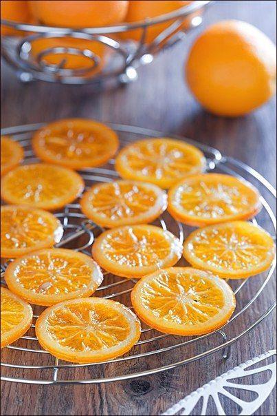 Karamelizované pomaranče v čokoláde 4-6 pomarančov  600 g cukru 250 g horkej čokolády Pomaranče umyjeme, so šupkou narežeme na kolieska hrubé 5 mm. Hrniec s vodou na sporák, zovrieť, ponoríme kolieska pomarančov a necháme ich v nej 3-4 min scedíme, vytlačíme prebytočnú vodu, čím ich zbavíme horkosti. Do ďalšieho hrnca cukor s 300 ml vody, rozpustíme, ponoríme plátky pomarančov, na miernom ohni variť 1 hod, odkvapkať. kolieska  na plech s papierom.-15-20 minút v rúre vyschnúť, namáčame do čok