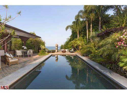 Gwyneth Paltrow Buys Lautner-built home in Malibu. Nice view of the ocean from her poolside.