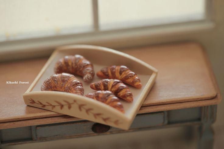 Miniature Food - Dollhouse Assorted Breads,baguette with handmade wooden Rustic Tray # miniaturefood #dollhousebakery #bakery #kikuikestudio #frenchbreakfast  #パン #pain #loaf