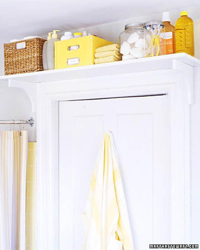 Сделайте полку над дверью в ванную, чтобы хранить вещи, которыми вы пользуетесь редко, но все же пользуетесь.