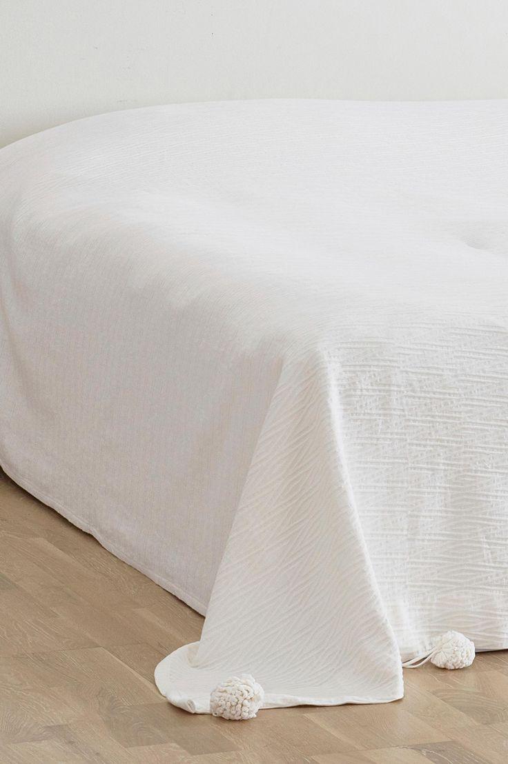 Bädda sängen med ett vitt gosigt bomullsöverkast med struktur och pom pom-bollar. Material: 100% bomull. Storlek: 260x260 cm. Beskrivning: Överkast för dubbelsäng i bomull med fin struktur. Skötselråd: Tvätt 40°. Krympning max 3%. Tips/råd: Bädda upp sängen med massor av kuddar i olika storlekar för att få till en riktig lyxig bäddning.