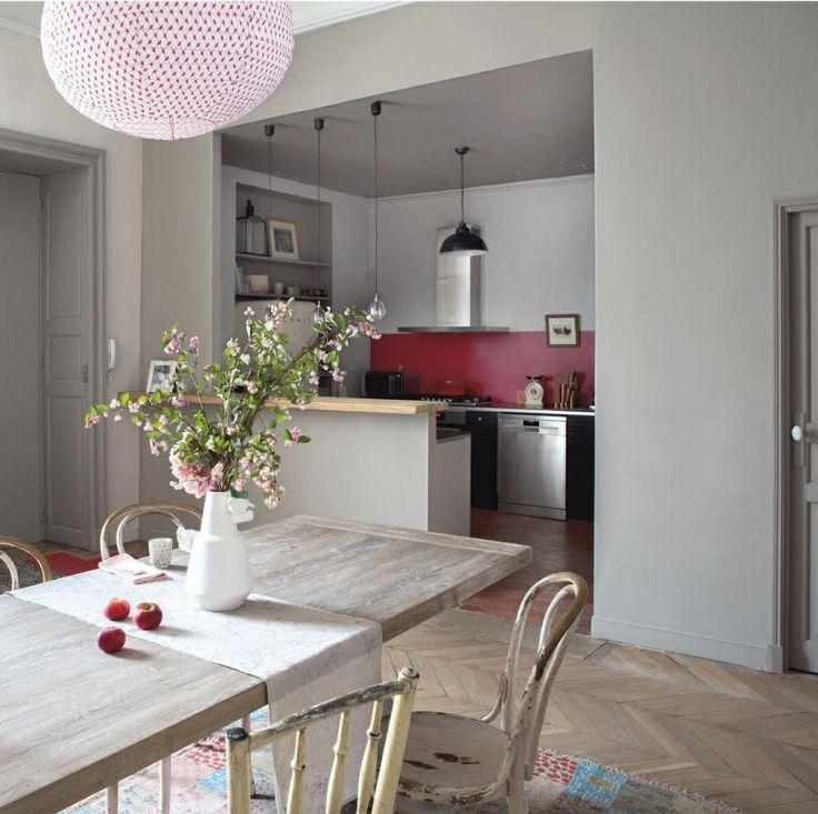Perfect table en bois et mur framboise dans la cuisine for Mur cuisine framboise
