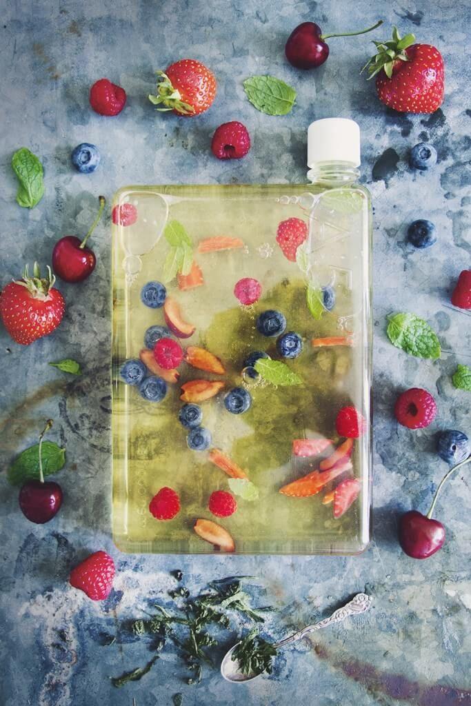 """[ Kallbryggt Te ] 750 ml vatten / 5–10 g te / valfri färsk smaksättning (hallon, mynta, blåbär, körsbär, jordgubbar) / valfri sötning. { Metod } Häll vattnet i en bringare. Lägg teet löst i bringaren. Blanda i valfri """"topping"""". Låt dra 8–10 tim i kylskåp. Sila genom finmaskig sil, häll ner i din vattenflaska. Smaksätt med vad du känner för (ex blåbär, körsbär, jordgubbar, mynta & hallon)."""