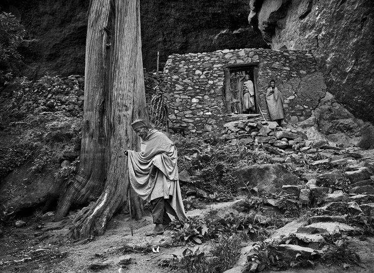 Gênesis | Um fiel cristão deixa a igreja de Makina Lideta Maryan. Esta igreja está no interior de uma gruta, a uma altitude de 2.940 metros. Etiópia, África. 2008 (Viagem pelo Antigo Testamento)