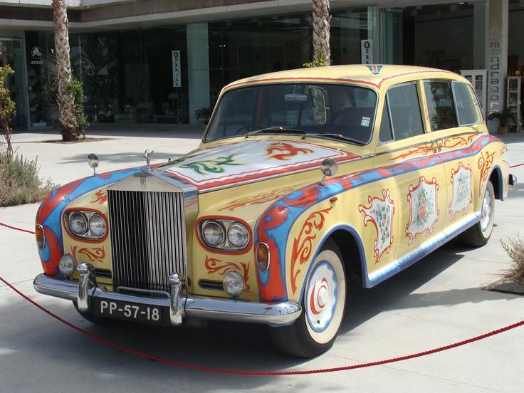 """Zdjęcie przedstawia Rolls Royce'a o nazwie """"Flower Power"""" z 1966 roku stojącego w Maladze tuż przy plaży Malagueta. Jest on repliką samochodu Johna Lennona. Kojarzy się z powieścią Jacka Kerouaca """"W drodze"""" prezentującej losy pokolenia bitników, pre-hippisów (""""dzieci kwiatów""""). Ten psychodeliczny model lepiej niż cokolwiek innego reprezentuje bitnikowską i hippisowską filozofię wolności, niezależności lat 50-tych i 60-tych. Fot. Paweł Manikowski"""