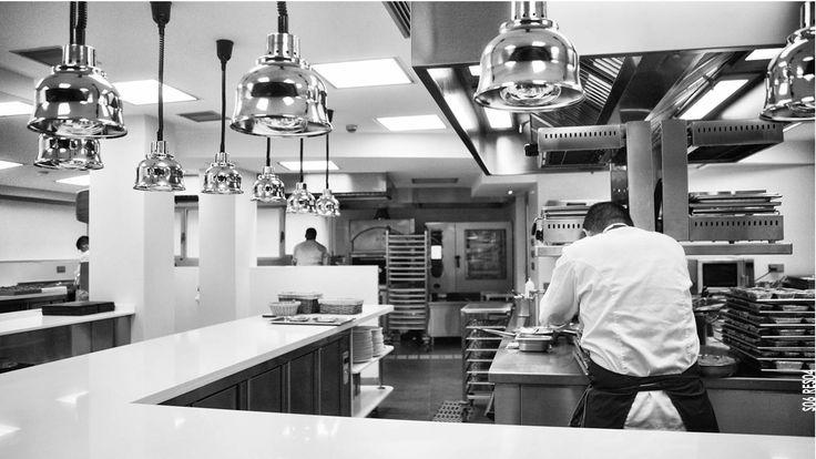 Más allá de verse bien, las #instalaciones dentro de la #cocina de un #restaurante deben permitir que todas las actividades se realicen de manera sencilla y eficaz.  #kitchen #restaurant #design #diseño  Grupo IAS
