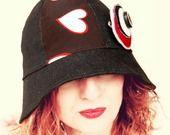 #Cappello #cloche #nero #rosso #bianco #cuore #riciclo tessuto #parasole #primavera #estate #glamour versatile #ecofriendly : Cappelli, berretti di filoecoloridiila #FiloeColoridiIla #sunhat #hat #spring #summer #black #red #white #heart