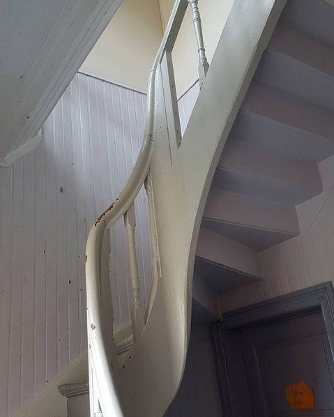 Formen og kurvene kommer naturlig frem når man lager en optimal trapp å gå i ♡ #krumvange #krumhåndlist #snekkerglede #handcraft