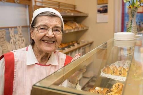 Kun työssä on kivaa siinä jaksaa vuodesta toiseen. Elvi, 88, painaa leipomossa kymmentuntista työpäivää. :) Klikkaa kuvaa ja lue/kuuntele lisää!