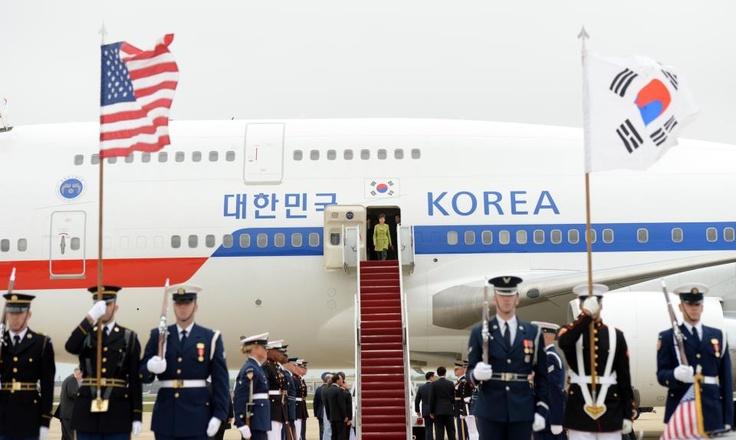 [대한민국 청와대] 2013 박근혜 대통령 미국 방문, 워싱턴 앤드류스 공군기지 / [CHEONG WA DAE, Republic of Korea] 2013 President Park Geun-hye Arrival at Andrews Air Force base in Washington, D.C. ※ [사진제공_대한민국 청와대] 본 저작물은 공공저작물 자유이용허락 표준 라이선스 '공공누리'에 따라 이용하실 수 있습니다.