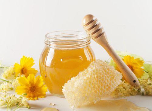 Découvrez ce remède populaire de nos grands-mères pour bien s'endormir et être calme à l'heure du coucher. Ce mélange naturel va favoriser le sommeil grâce à la présence du miel de tilleul qui a des vertus apaisantes.
