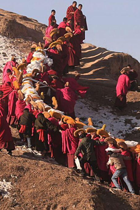"""Llevar el Thangka, """"templo ambulante"""" de los tibetanos. La thangka es un tipo de pintura tibetana usada por los budistas para meditar, también conocida como """"templos ambulantes"""" debido a la vida nómada de los tibetanos y considerada una de las mejores expresiones del arte tibetano.. Tíbet"""