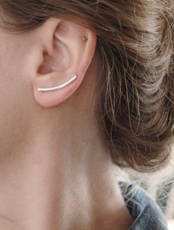 Rose gold vergoldet Sterling silber geschwungene bar Ohr Kletterer. -Ein Stück Sterlingsilber 2mm Rundrohr, hand geschmiedet und bildete sich eine Kurve, die die Ohrläppchen, eingetaucht in stieg Vergoldung Komplimente. -Die bar Ohr Kletterer sind leicht gekrümmt und sie ruhen bequem auf das Ohr Helix, unterstützt durch einen 0,8 mm Sterling silber Draht, die auf der Rückseite verlötet ist. Diese Ohrringe sind für durchbohrten Ohren. -Diese Ohrringe sind verkauft einzelne oder paarweise…