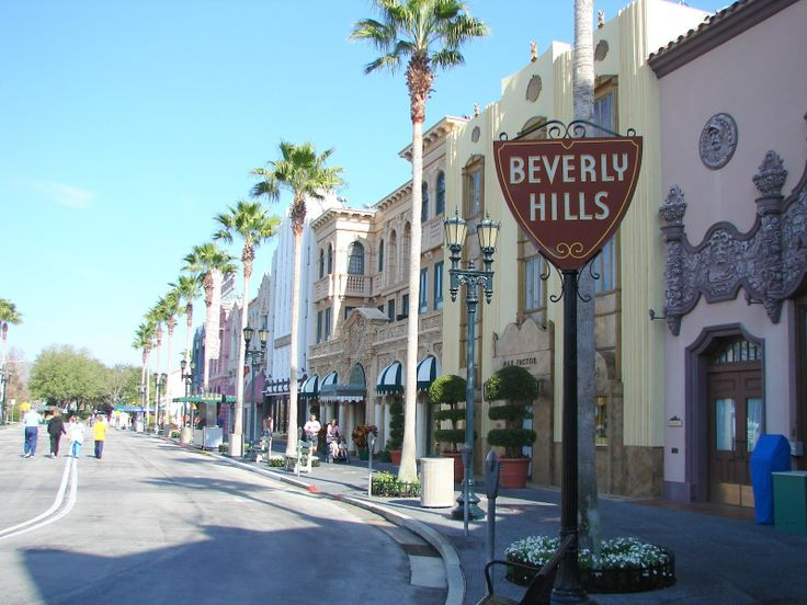 Beverly Hills is een stad en gemeente in Los Angeles County, Californië, VS. Het wordt vooral omringd door de stad Los Angeles en de voet van de Santa Monica Mountains. De stad is met name bekend vanwege het grote aantal pop- en filmsterren dat er woont. Het behoort tot het gebied Hollywood, hoewel het niet deel uitmaakt van het district Hollywood maar een eigen stad vormt.