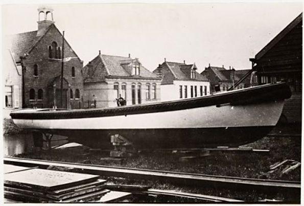 Sloepenwerf van Gijs de Vries Lentsch in 1923. Op de achtergrond de Buikslotermeerdijk, huisnummers 166-178. http://www.amsterdamnoord.com/amsterdam-noord-in-de-vorige-eeuw/noord-vorige-eeuw-afl-1-9/7-molens-werven-en-dwv/