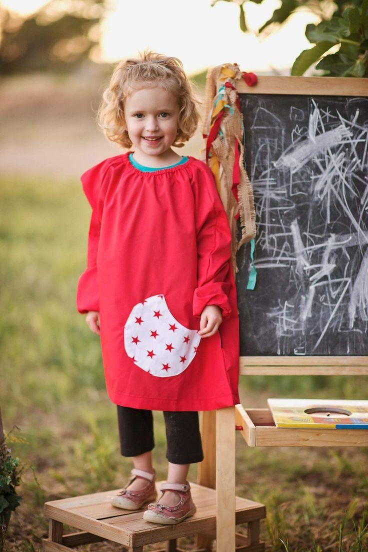 Nos encanta esta bata de guardería toda roja y con el bolsillo estrellado. ¿A qué es chuli? La tienes en talla 2 y 4 añitos. Puedes visitarla en http://www.monstruitos.es/home/109-bata-guarderia-estrellas.html
