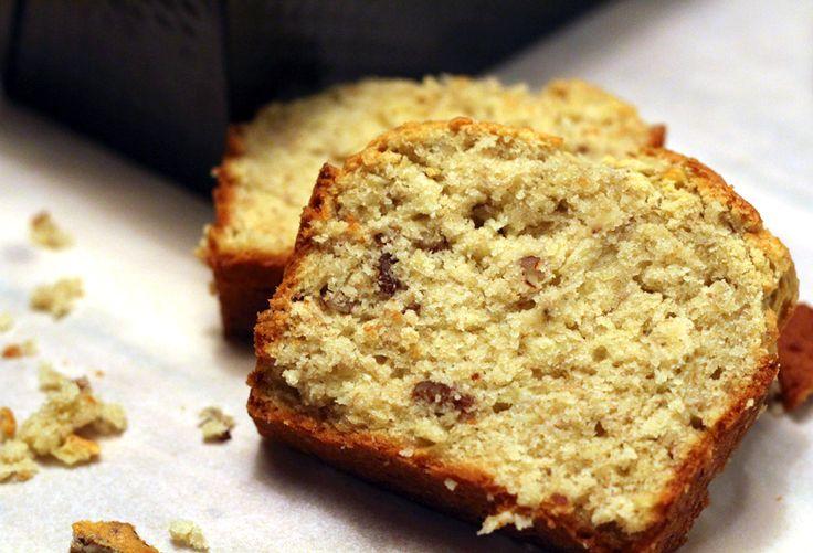 Altijd lekker: bananenbrood, of eigenlijk bananencake. Het allerlekkerst met hele rijpe bananen! De textuur van deze cake zit tussen droog en crunchy en smeuïg. Oh, mogen we nog een plakje? Verwarm de oven voor op 180 graden en vet een cakevorm in. Doe de bloem, bakpoeder en zout bij elkaar. Even mengen. Mix de zachte boter met […]