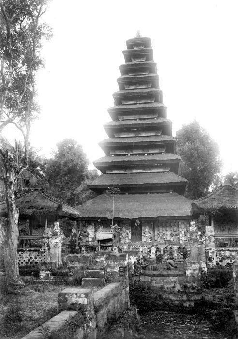 Meru in de puri van de raja van Kesiman  Datebetween 1910 and 1920