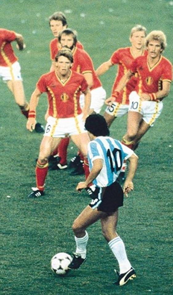 Fotografia feita no jogo Argentina x Bélgica, durante a Copa do Mundo da Espanha, em 1982. A imagem mostra o jogador Diego Maradona contra seis defensores belgas!