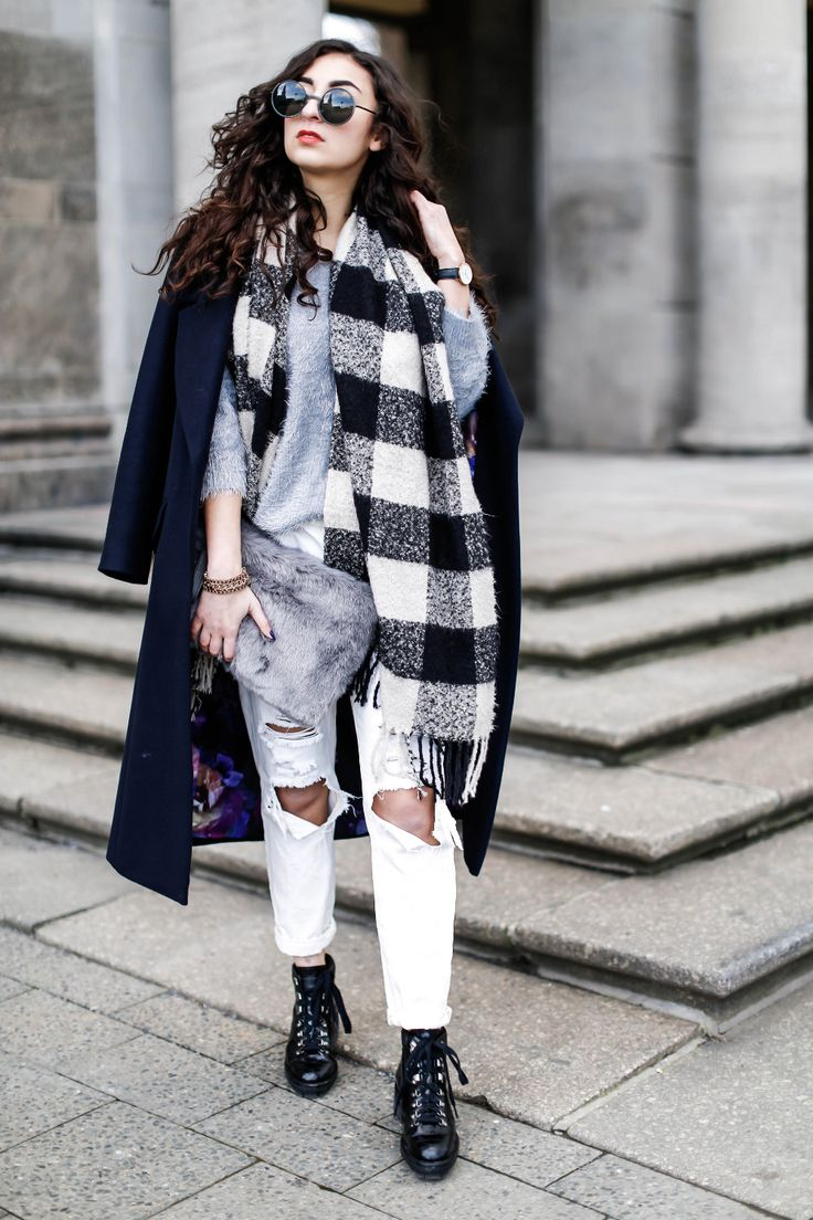 Long Black Coat Outfit Black and White Oasis Coat langer Mantel look schwarz weiß weiße boyfriendjeans white ripped boyfriendjeans checked scarf karierter schal outfit streetstyle samieze uterque boots stiefeletten doc martens schnürschuhe modeblog berlin deutschland