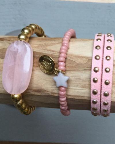 zacht roze dubbel leren armband met gouden studs ,perla kraal met goudkleurige kralen  en 4 mm roze kraaltjes met ster en muntje voor $11,-