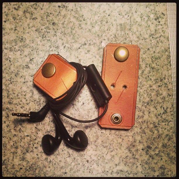 """Cabos e fios desorganizados, jamais: olha que gracinha esses """"Kabelclips / cord organizers""""..."""