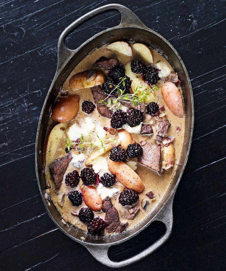Mustig köttgryta med potatis, gorgonzola, grädde, svamp och björnbär. Toppa med färsk timjan.