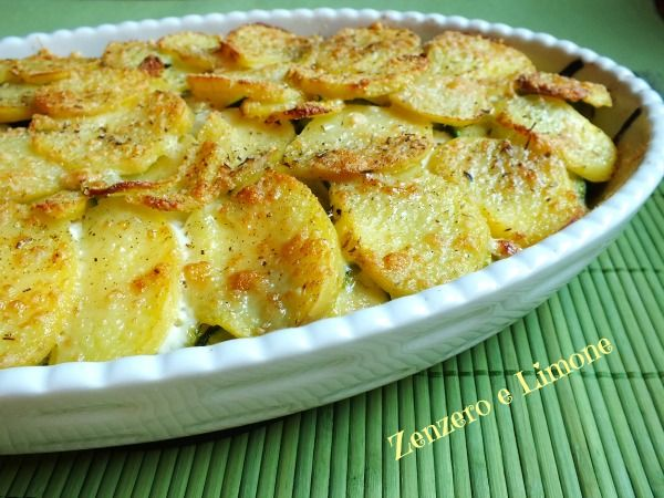 Questo tortino di patate e zucchine è davvero molto ricco e può essere considerato un piatto unico. Facile e comodo perché lo si può preparare in anticipo