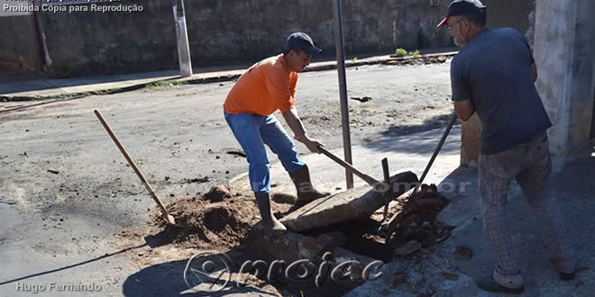 Funcionários da Prefeitura desobstruem bueiros na Minas Gerais - http://projac.com.br/noticias/funcionarios-da-prefeitura-desobstruem-bueiros-na-minas-gerais.html