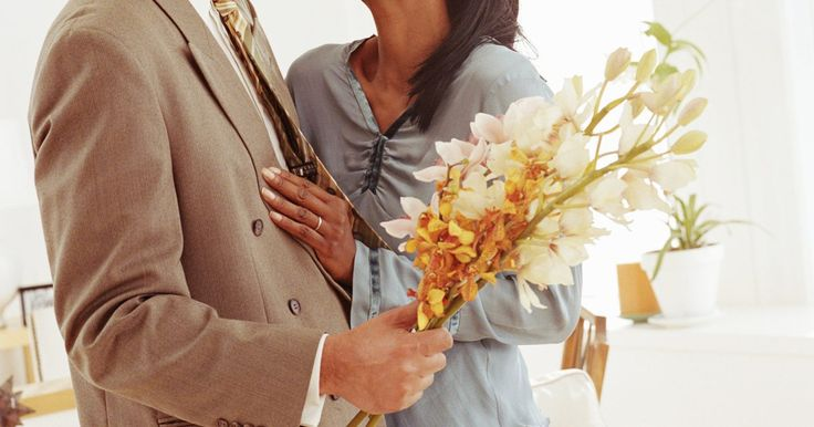 El mejor regalo de aniversario para tu esposo tras nueve años de matrimonio. Tu noveno aniversario de boda debe incluir regalos, celebración y entusiasmo como si fuera el primero. Escoger el regalo adecuado para tu esposo puede ser una tarea complicada después de nueve años, pero considera algo tradicional como de cerámica y cuero, o un regalo más moderno que se adapte a tu estilo de vida.