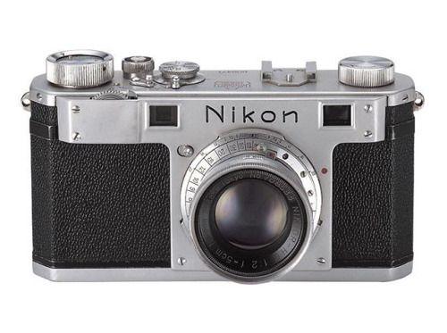 Nikon 100th Anniversary: 100 anni di storie La prima fotocamera Nikon è stata presentata in Giappone nel marzo 1948. Sebbene avesse già esperienza nella produzione di fotocamere aeree e per telescopi il marchio aveva anticipato la domanda di una fotocamera destinata al grande pubblico. Un team di specialisti dei reparti di ricerca design e progettazione del prodotto formò un gruppo di lavoro dedicato alla fotocamera e iniziò a studiare l'arte e la scienza della produzione di fotocamere di…