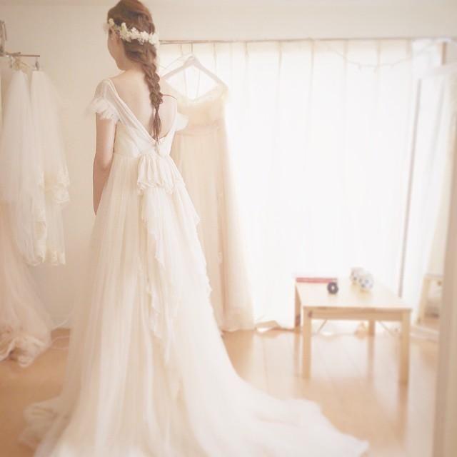 ウェディングドレスを決めるのはまさにご縁と運命。そんな本命ドレスを探すのは楽しい時間ですよね。東京のアトリエで作られている「Maison SUZU(メゾンスズ)」のドレスはそんなプレ花嫁の本命ドレスになるかもしれません。ふわふわロマンティックドレスが包んでくれる極上の時間…♥