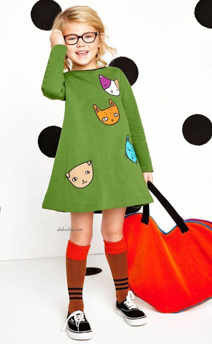 tolle Frühlingskleidung, grünes Kleid mit Katzen Motiven, Sneaker und lange Strümpfe