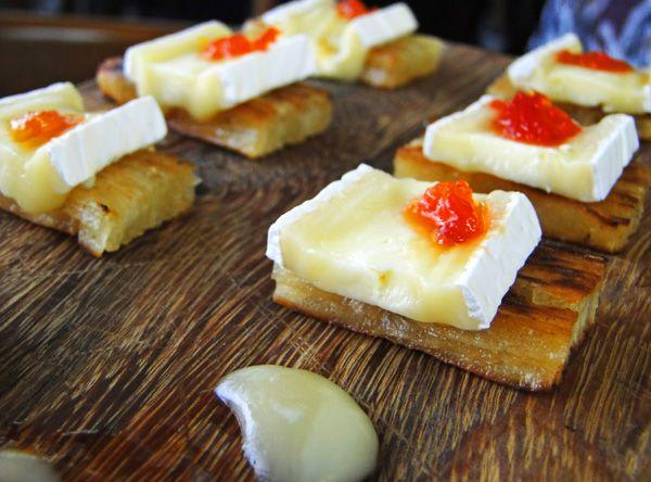 Aipim com queijo brie e geleia de pimenta