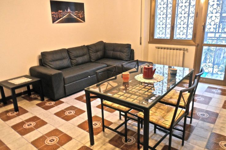 Luminosa living room con divano letto matrimoniale