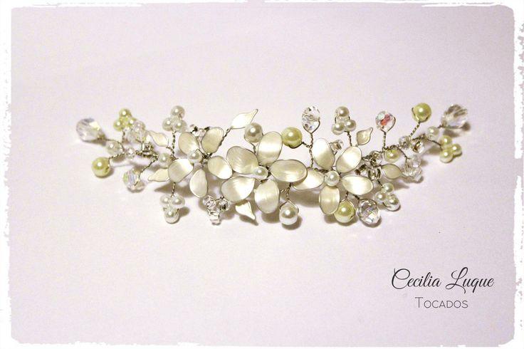 Tocados de novia hecho a mano Guia de perlas, cristales y flores nacaradas. Novias, Bodas, Tocados