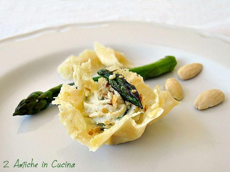 2 Amiche in Cucina: Cestini di Parmigiano Reggiano con Mousse di Pollo e Asparagi all'Aceto Balsamico e Mandorle
